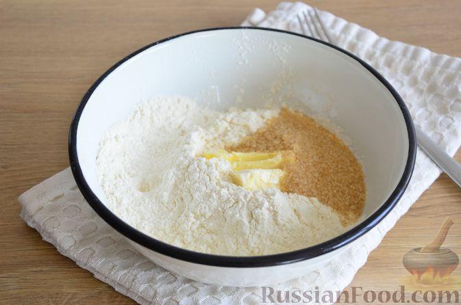 Фото приготовления рецепта: Пирог на кефире, со сливами в шоколадной карамели - шаг №2