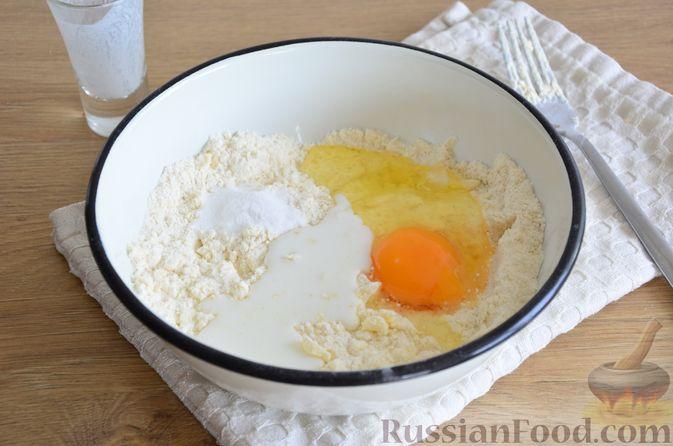 Фото приготовления рецепта: Пирог на кефире, со сливами в шоколадной карамели - шаг №3