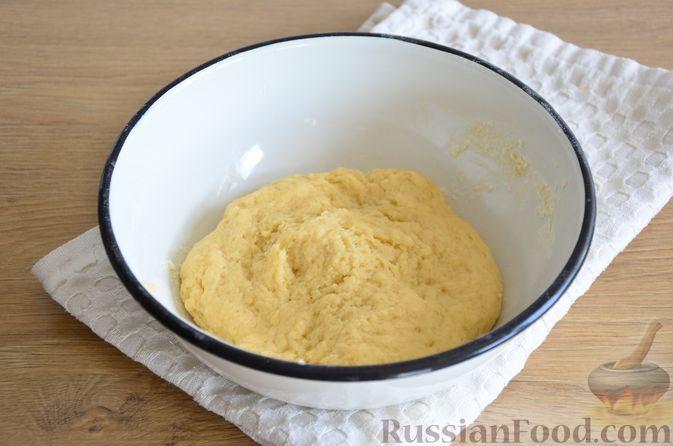 Фото приготовления рецепта: Пирог на кефире, со сливами в шоколадной карамели - шаг №4