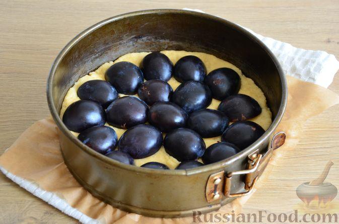 Фото приготовления рецепта: Пирог на кефире, со сливами в шоколадной карамели - шаг №8