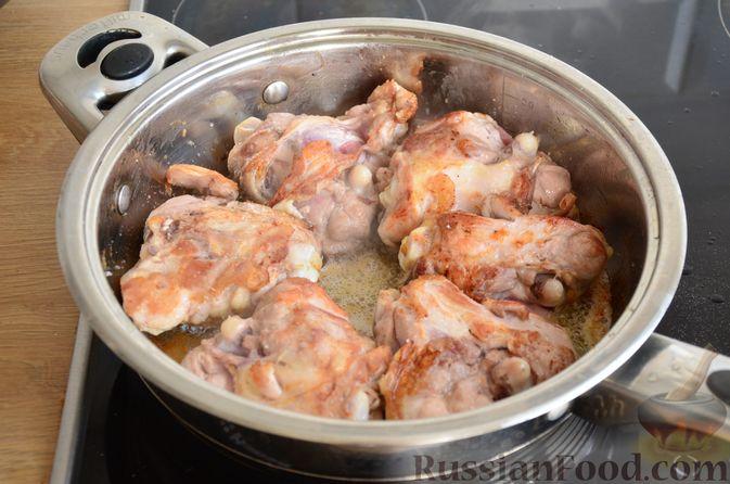 Фото приготовления рецепта: Куриные бёдрышки с айвой - шаг №5