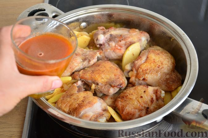 Фото приготовления рецепта: Куриные бёдрышки с айвой - шаг №11