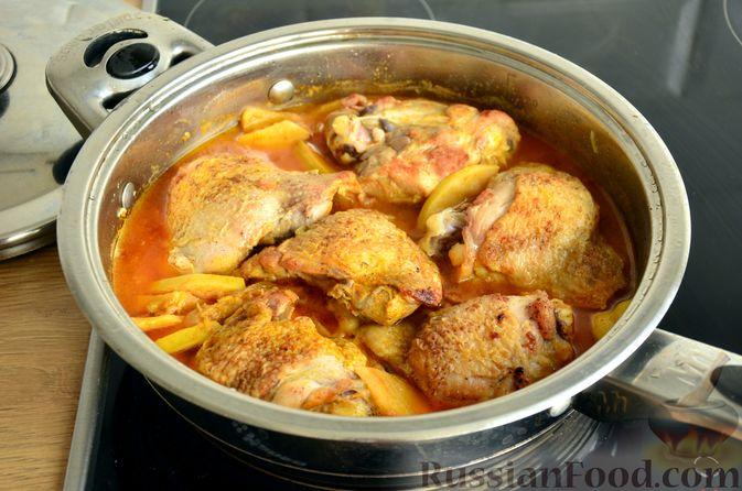 Фото приготовления рецепта: Куриные бёдрышки с айвой - шаг №12