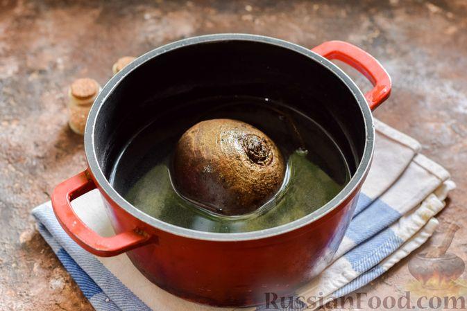 Фото приготовления рецепта: Свекольный суп с шампиньонами и фасолью - шаг №2