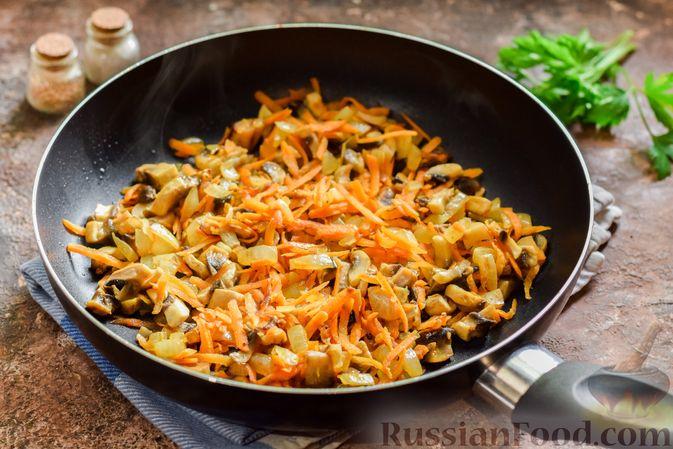 Фото приготовления рецепта: Свекольный суп с шампиньонами и фасолью - шаг №9