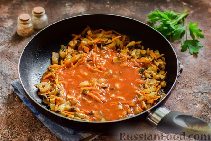 Фото приготовления рецепта: Свекольный суп с шампиньонами и фасолью - шаг №10