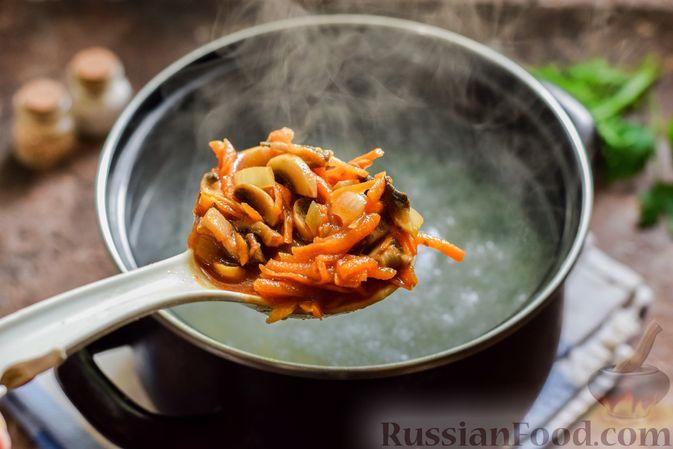 Фото приготовления рецепта: Свекольный суп с шампиньонами и фасолью - шаг №11