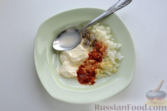 Фото приготовления рецепта: Куриная грудка, запечённая с морковью, луком и сметаной - шаг №5