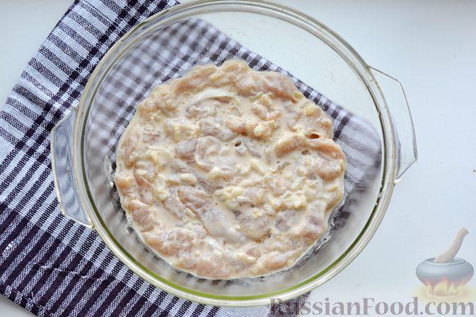 Фото приготовления рецепта: Куриная грудка, запечённая с морковью, луком и сметаной - шаг №12
