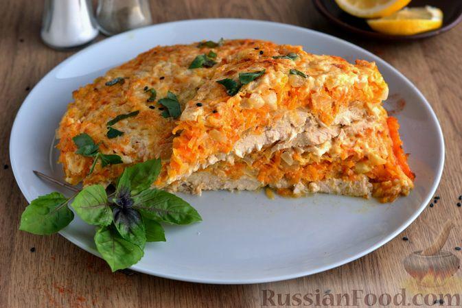 Фото приготовления рецепта: Куриная грудка, запечённая с морковью, луком и сметаной - шаг №18