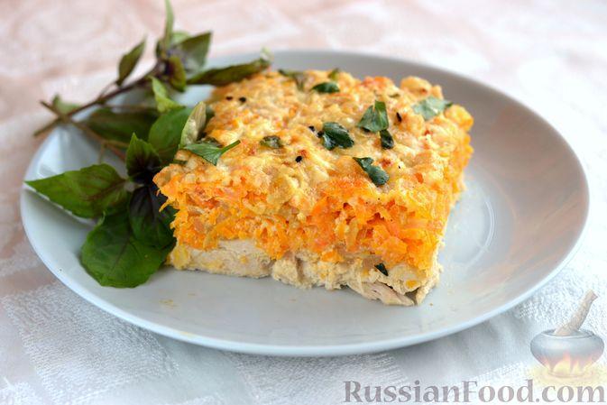 Фото к рецепту: Куриная грудка, запечённая с морковью, луком и сметаной