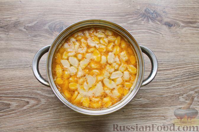 Фото приготовления рецепта: Куриный суп с творожными клёцками - шаг №16