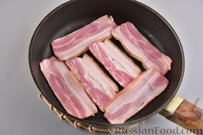 Фото приготовления рецепта: Салат с картофелем, беконом, сыром и зелёным луком - шаг №3