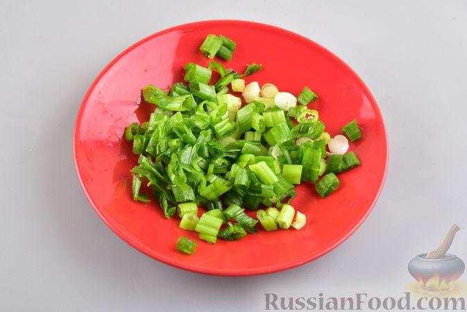 Фото приготовления рецепта: Салат с картофелем, беконом, сыром и зелёным луком - шаг №5