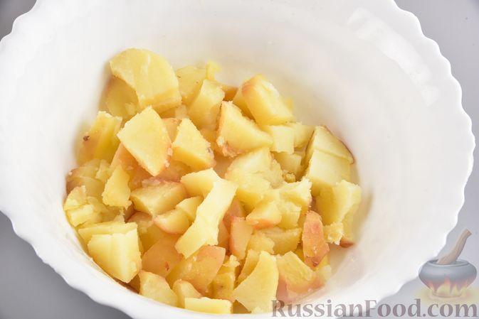 Фото приготовления рецепта: Салат с картофелем, беконом, сыром и зелёным луком - шаг №9