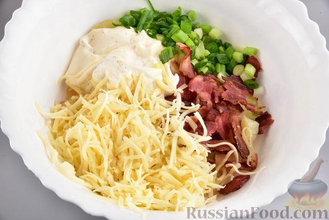 Фото приготовления рецепта: Салат с картофелем, беконом, сыром и зелёным луком - шаг №10