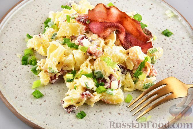 Фото приготовления рецепта: Салат с картофелем, беконом, сыром и зелёным луком - шаг №12