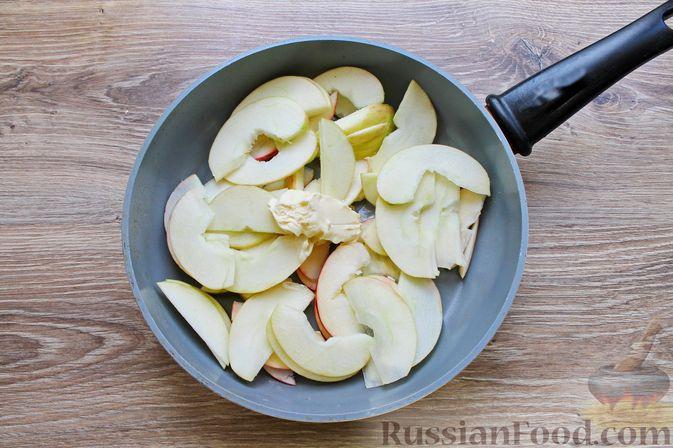 Фото приготовления рецепта: Пирог из слоёного теста, с яблоками и корицей - шаг №2