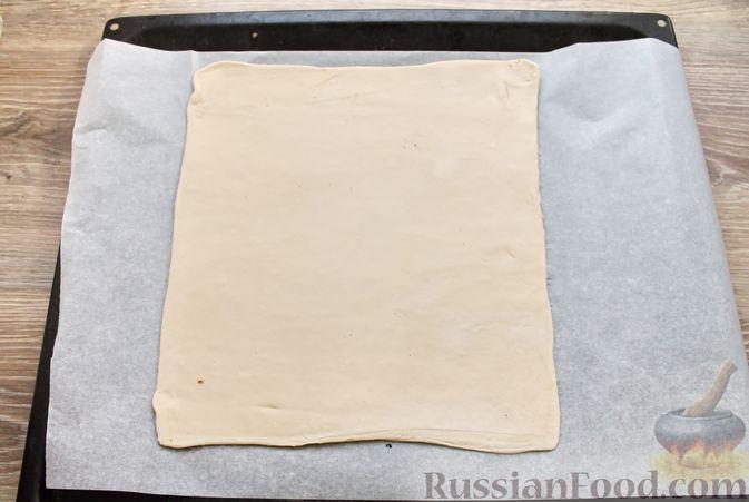 Фото приготовления рецепта: Пирог из слоёного теста, с яблоками и корицей - шаг №8