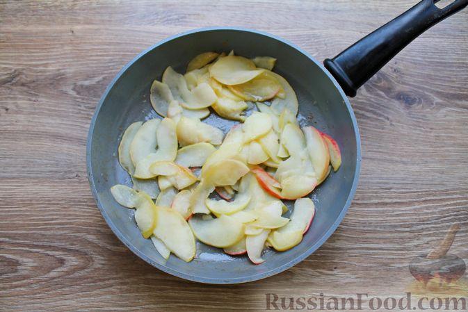 Фото приготовления рецепта: Пирог из слоёного теста, с яблоками и корицей - шаг №3