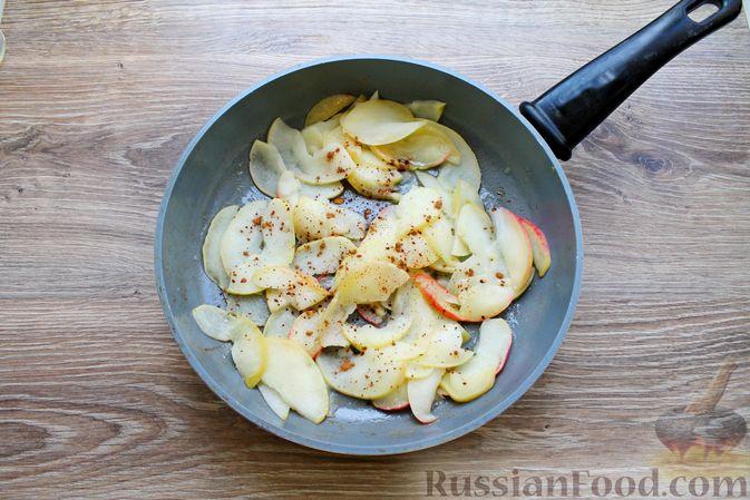 Фото приготовления рецепта: Пирог из слоёного теста, с яблоками и корицей - шаг №4