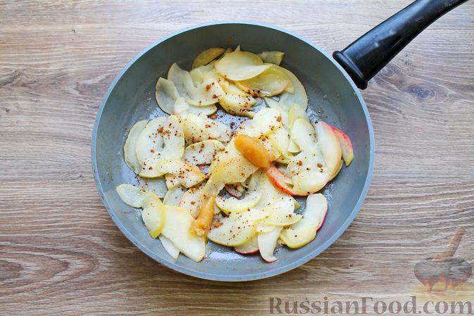 Фото приготовления рецепта: Пирог из слоёного теста, с яблоками и корицей - шаг №5