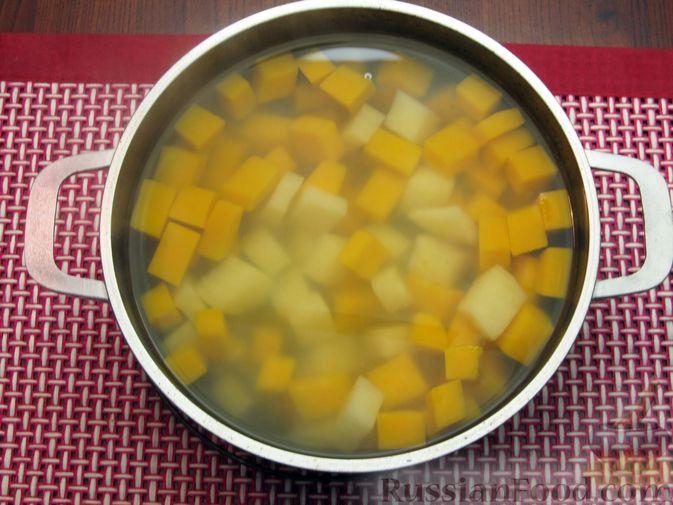 Фото приготовления рецепта: Тыквенный суп-пюре с копчёной курицей - шаг №3