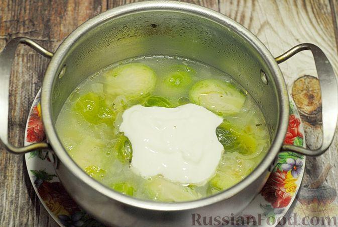 Фото приготовления рецепта: Суп-пюре из брюссельской капусты со сметаной - шаг №13