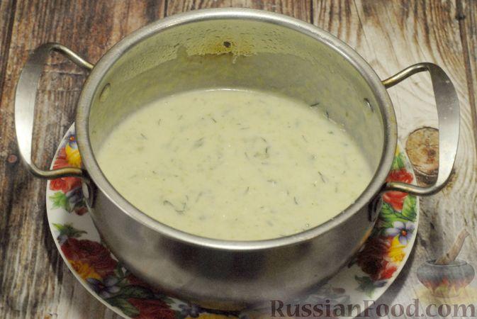 Фото приготовления рецепта: Суп-пюре из брюссельской капусты со сметаной - шаг №16