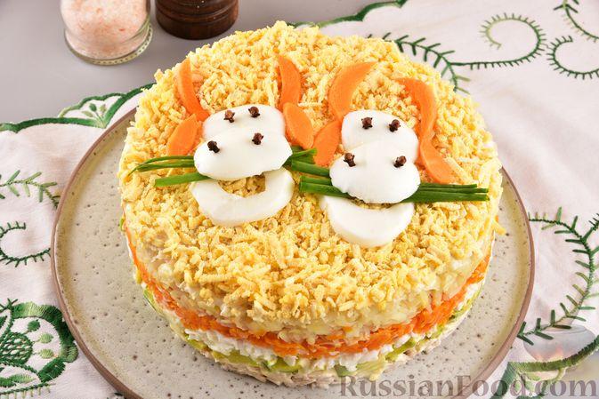 Фото к рецепту: Новогодний слоёный салат с курицей, картофелем, морковью и авокадо