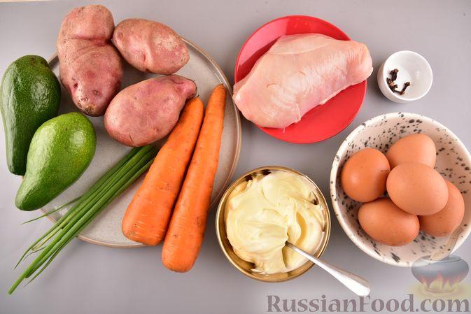 Фото приготовления рецепта: Новогодний слоёный салат с курицей, картофелем, морковью и авокадо - шаг №1