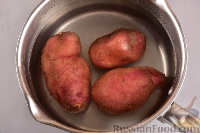 Фото приготовления рецепта: Новогодний слоёный салат с курицей, картофелем, морковью и авокадо - шаг №5