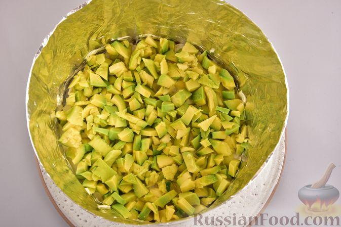 Фото приготовления рецепта: Новогодний слоёный салат с курицей, картофелем, морковью и авокадо - шаг №14
