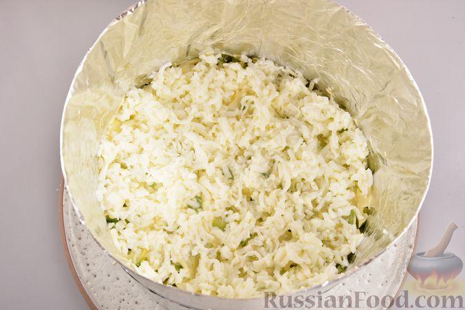 Фото приготовления рецепта: Новогодний слоёный салат с курицей, картофелем, морковью и авокадо - шаг №15