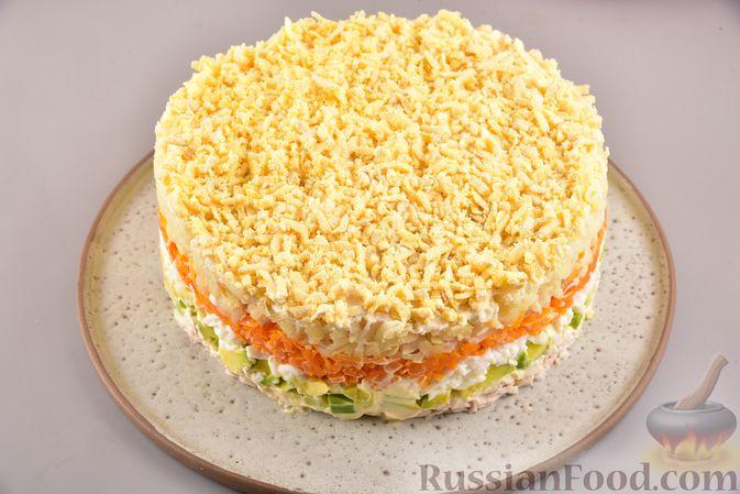 Фото приготовления рецепта: Новогодний слоёный салат с курицей, картофелем, морковью и авокадо - шаг №19