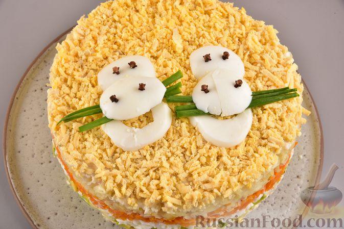 Фото приготовления рецепта: Новогодний слоёный салат с курицей, картофелем, морковью и авокадо - шаг №24