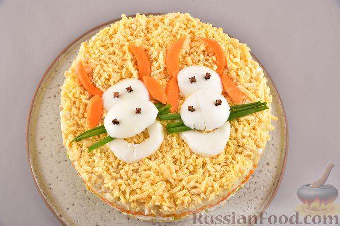 Фото приготовления рецепта: Новогодний слоёный салат с курицей, картофелем, морковью и авокадо - шаг №26