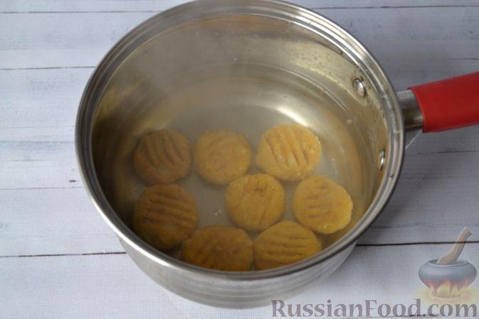 Фото приготовления рецепта: Тыквенные ньокки со сливочно-сырным соусом с ветчиной - шаг №16