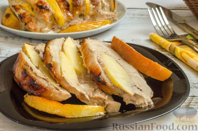 Фото к рецепту: Мясо, запечённое с айвой и мёдом (в фольге)