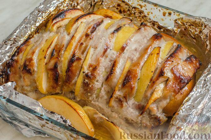 Фото приготовления рецепта: Мясо, запечённое с айвой и мёдом (в фольге) - шаг №10