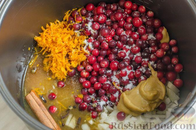 Фото приготовления рецепта: Пряная свинина, тушенная с клюквой, апельсином и горчицей - шаг №4