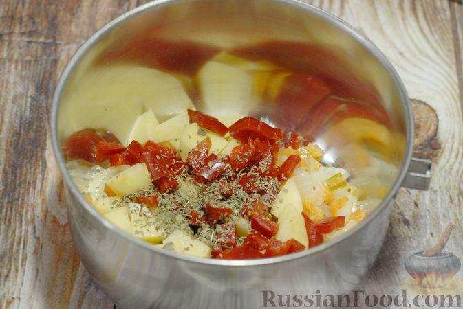 Фото приготовления рецепта: Фасолевый суп с цветной капустой и сухариками - шаг №6