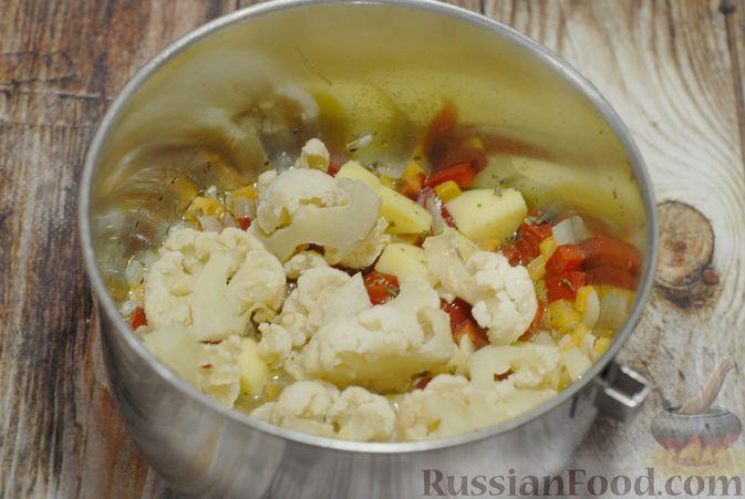 Фото приготовления рецепта: Фасолевый суп с цветной капустой и сухариками - шаг №8