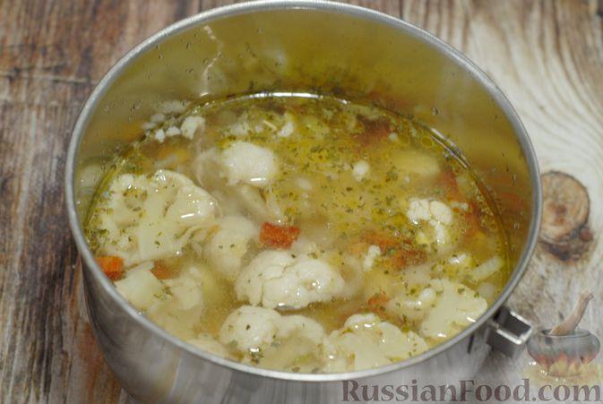Фото приготовления рецепта: Фасолевый суп с цветной капустой и сухариками - шаг №9