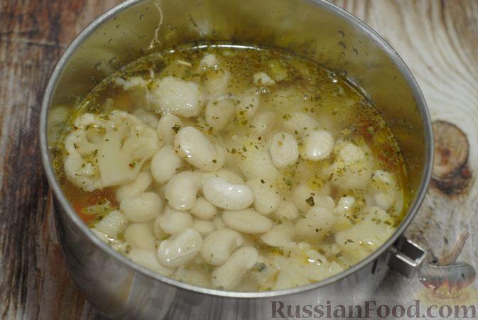 Фото приготовления рецепта: Фасолевый суп с цветной капустой и сухариками - шаг №10
