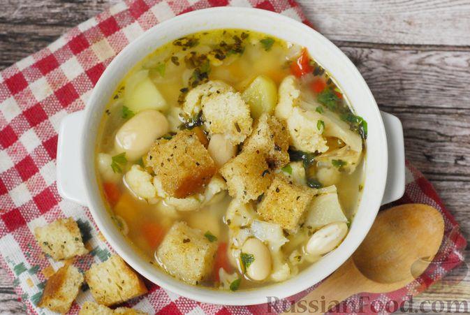 Фото приготовления рецепта: Фасолевый суп с цветной капустой и сухариками - шаг №17