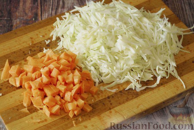 Фото приготовления рецепта: Суп с консервированной фасолью, капустой, помидорами и сельдереем - шаг №2