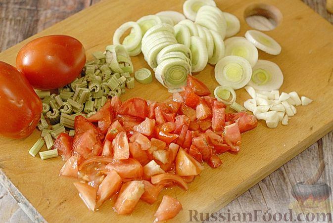 Фото приготовления рецепта: Суп с консервированной фасолью, капустой, помидорами и сельдереем - шаг №4