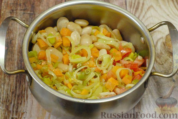 Фото приготовления рецепта: Суп с консервированной фасолью, капустой, помидорами и сельдереем - шаг №7
