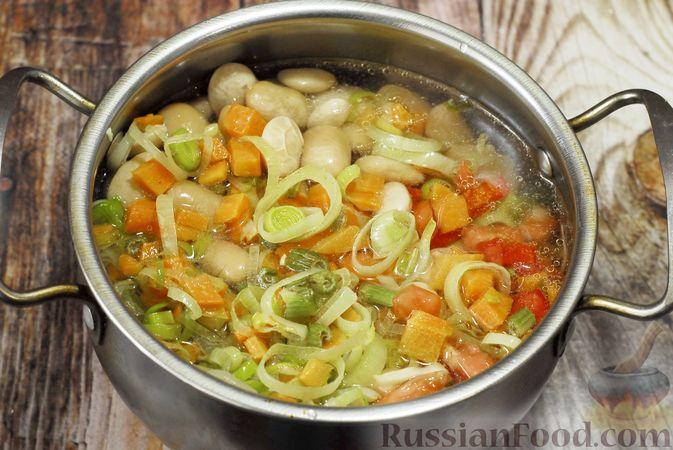 Фото приготовления рецепта: Суп с консервированной фасолью, капустой, помидорами и сельдереем - шаг №8